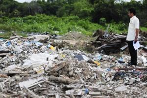 Tapak pembuangan sampah haram bersebelahan depoh penyimpanan pasir